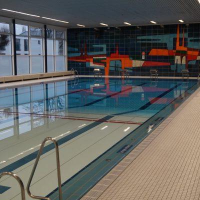 Schwimmbecken-Hallenbad